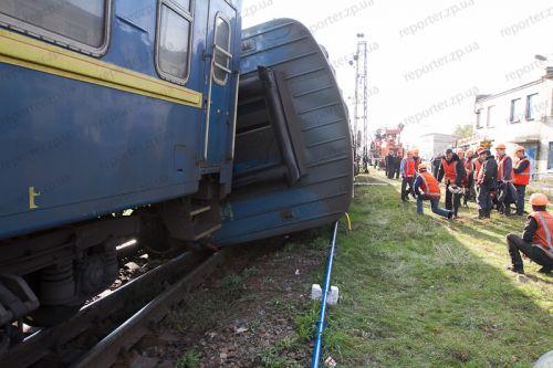 Пассажирский поезд ставят обратно на рельсы: новые ФОТО, ВИДЕО с ...