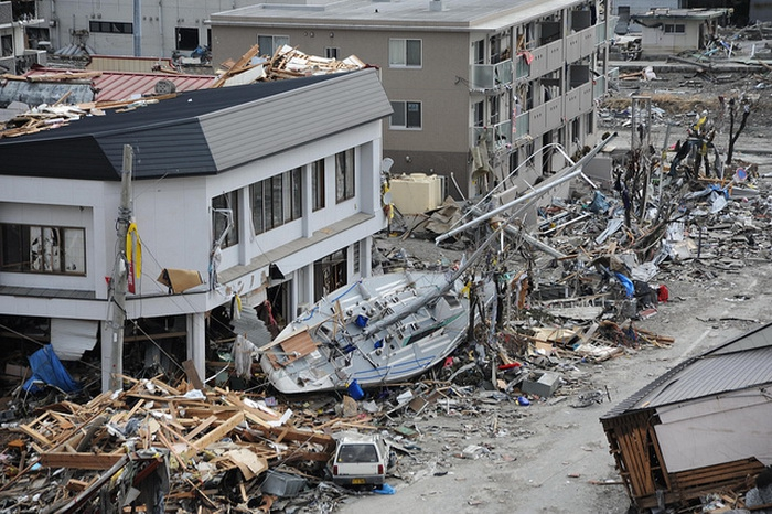 earthquakes and tsunamis Click here to calculate the strength of earthquakes what is a tsunami a tsunami is a large ocean wave usually caused by an underwater earthquake or a volcanic.