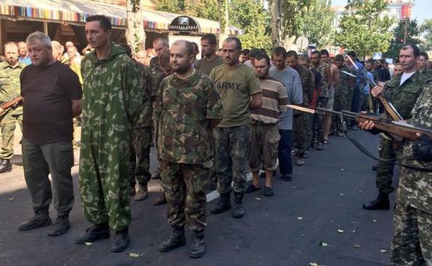 Лугандонские сепаратисты провели колонну украинских военнопл…
