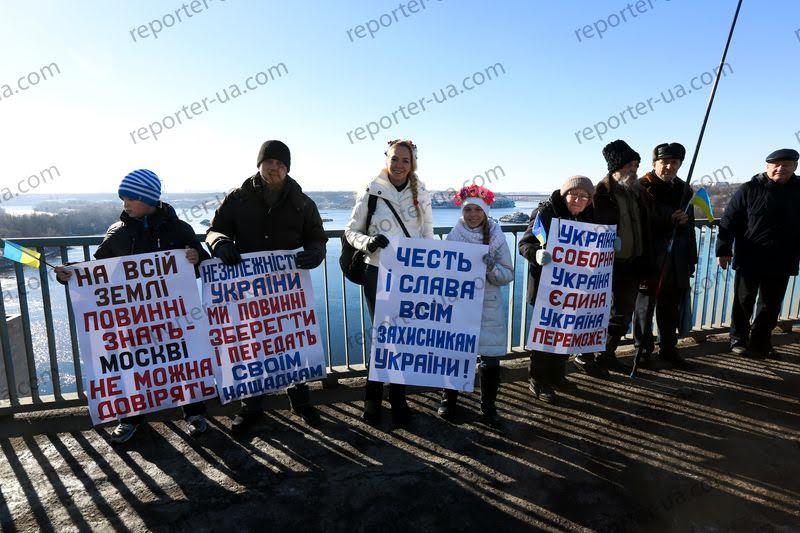 Жители Запорожья выстроили живую цепь на ДнепроГЭСе - Цензор.НЕТ 4615